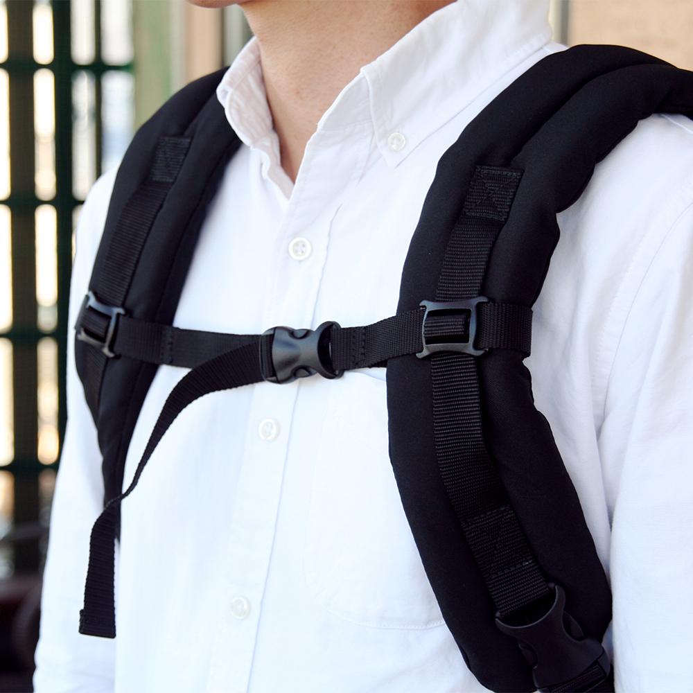 肩パッドのずり落ちを防止してくれるチェストベルト。