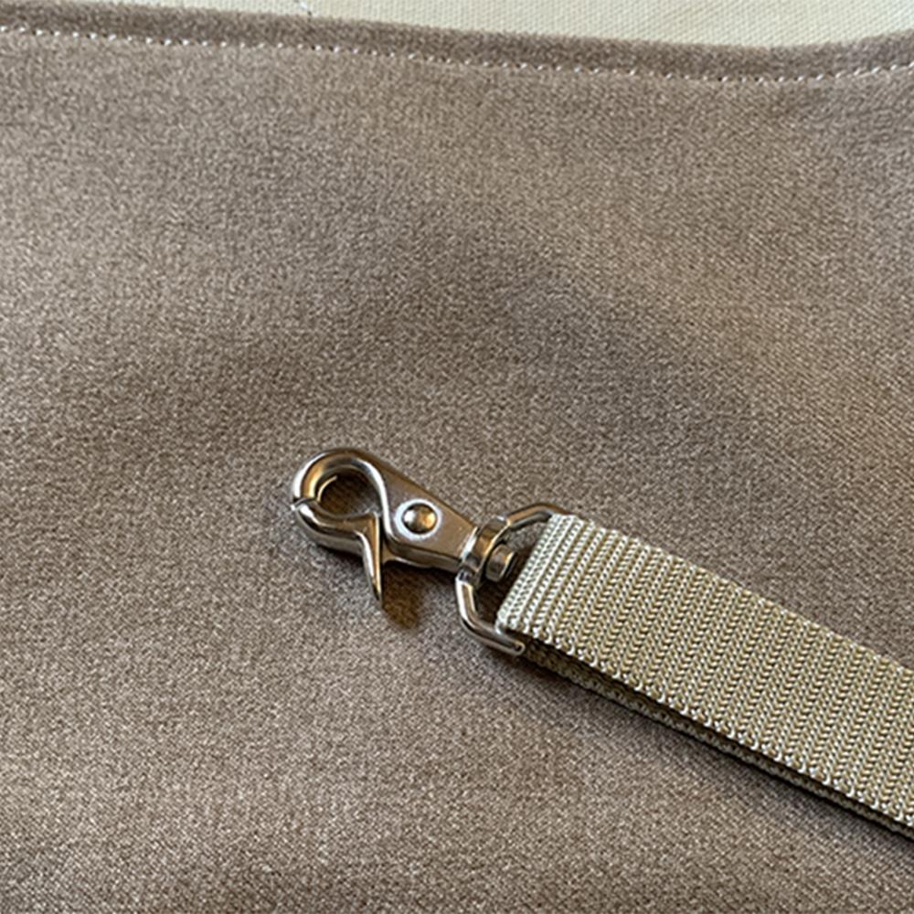 しっかり取り付けられるレバー式ナスカン。
