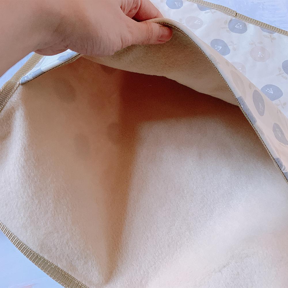 すっぽりもぐれる大きめサイズのポケット。